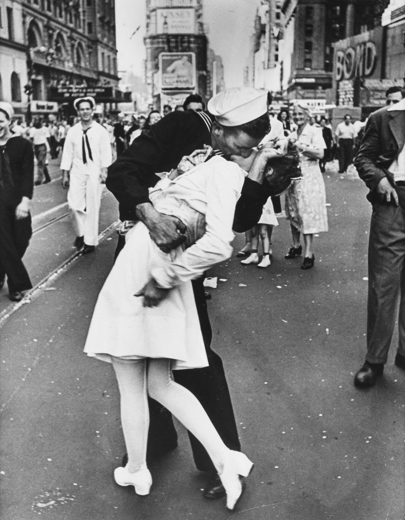 Alfred Eisenstaedt, V-J Day Kiss, Times Square, New York, silver print, 1945, printed 1966-72.